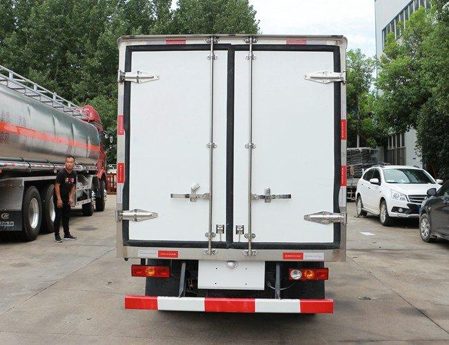 福田驭菱2.9米冷藏车后侧