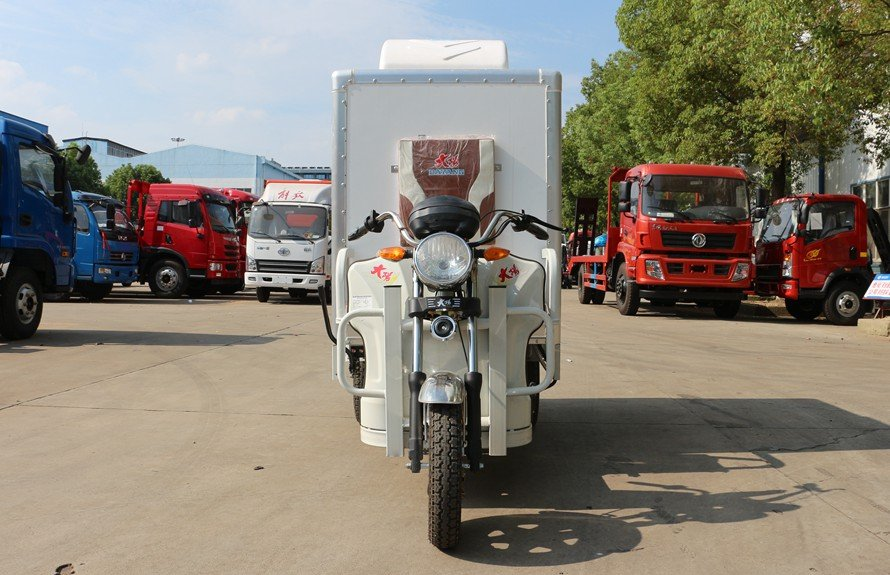 电动三轮冷藏车正前图片