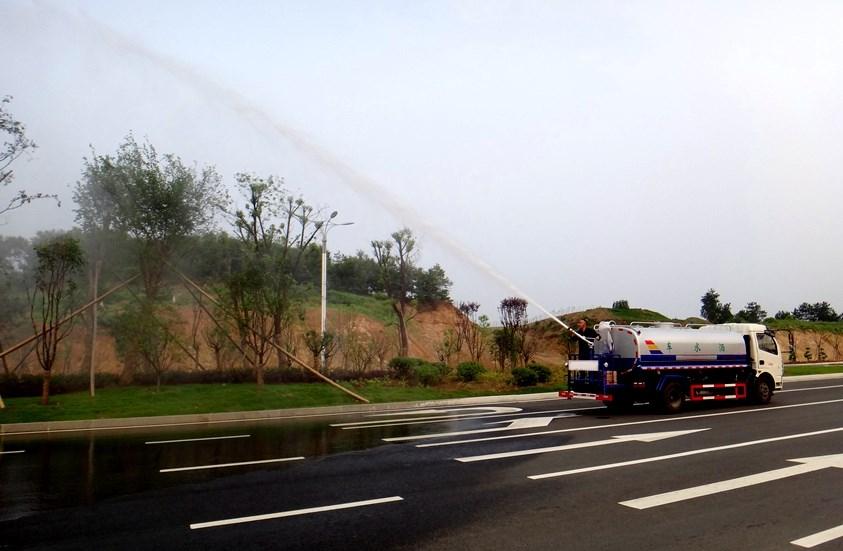 东风多利卡5吨洒水车绿化高炮实拍图片.jpg