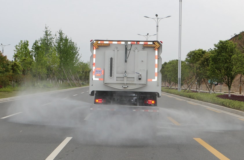 东风天锦洗扫车后喷雾功能展示