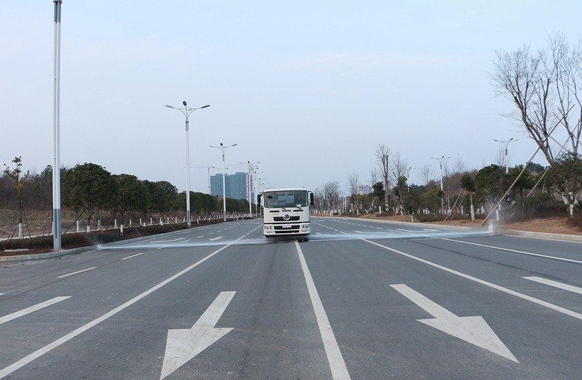 东风天龙20吨洒水车前冲实拍图片