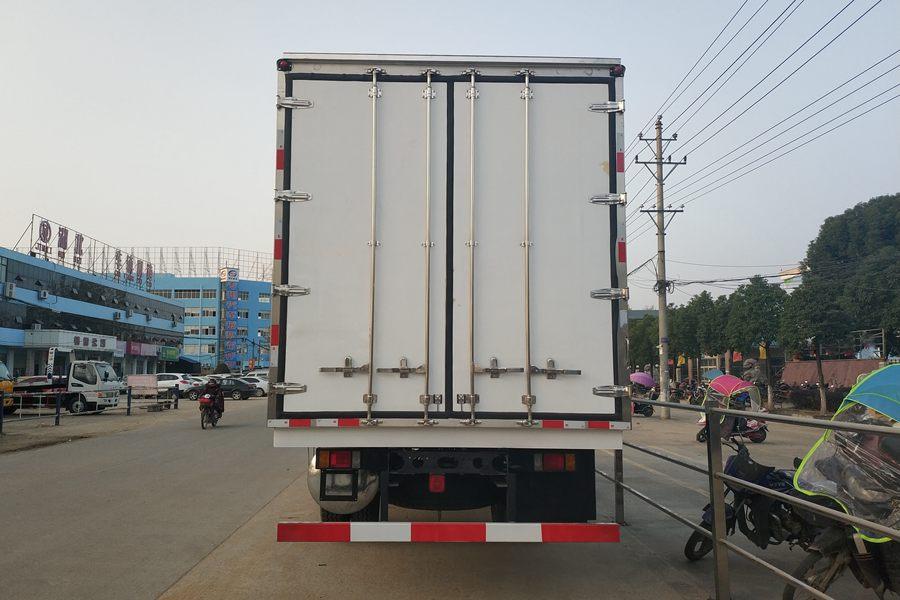 柳汽乘龙M3(7.8米)冷藏车正后图片