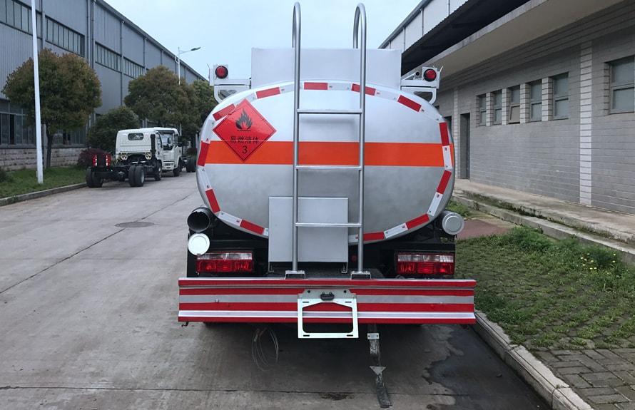 东风5吨油罐车正尾部